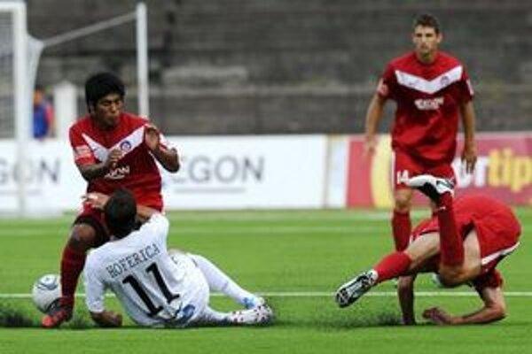 Zrážka Trenčana Alda Baeza (vľavo) s Ružomberčanom Petrom Hofericom v zápase AS Trenčín - MFK Ružomberok 2. kola futbalovej Corgoň ligy.