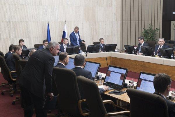 Premiér Pellegrini a jeho ministri na rokovaní vlády.