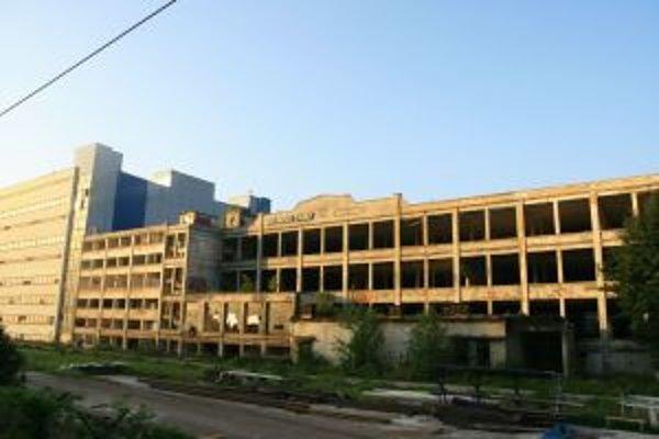 Zašlú slávu bývalej textilky dnes pripomínajú len prázdne budovy závodu a veľké dlhy voči mestu.