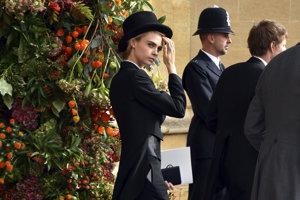 Modelka, speváčka a herečka Cara Delevigne na svadbe princa Harryho porušila protokol frakom a cylindrom, no módne magazíny ju označovali za najlepšie oblečenú spomedzi pozvaných.