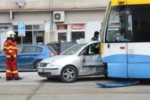 Pri kolízii sa vodička auta zranila.