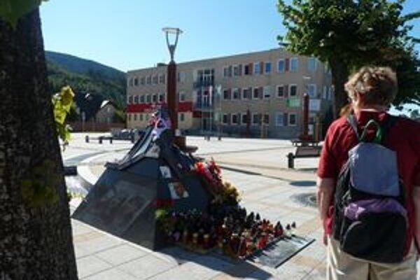 Na novom námestí v Liptovskom Hrádku urobili ľudia pietne mesto Pavlovi Demitrovi okolo symbolického vrchu Kriváň, kde mu zapaľovali sviečky.