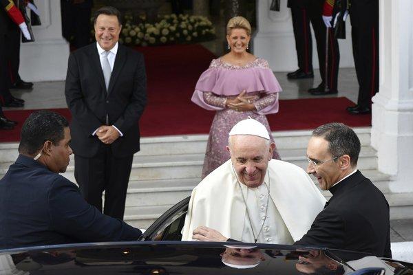 Panamský prezident Juan Carlos Varela (vľavo) a prvá dáma Panamy Lorena Castillová (vpravo) pri odchode pápeža Františka z návštevy v ich sídle.