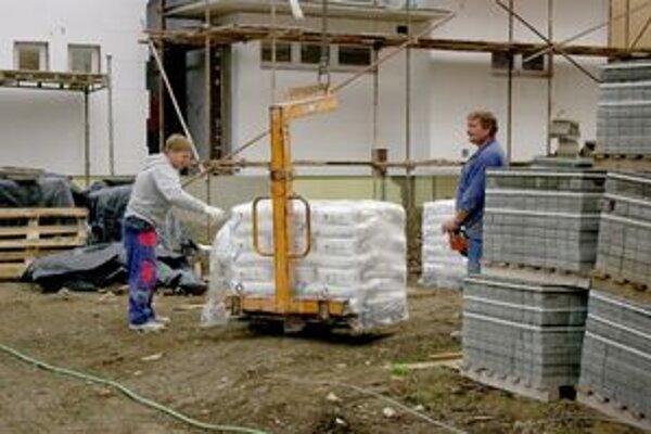 Stavbári chcú harmonogram prác dodržať. Časť z nich pracuje na omietkach.