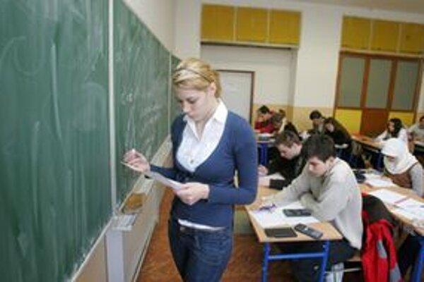 Aj učitelia v ružomberských školách musia učitelia bez učebníc improvizovať.