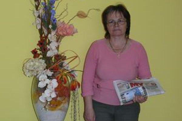 Výhru dá pani Emília manželovi. Na fotografii s krásnou kvetinovou ikebanou, ktorú dostala ako dar na narodeniny. Má veľmi rada kvety. Sama si robí niektoré ozdoby.