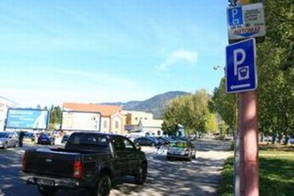 Za hodinu parkovania zaplatia vodiči päťdesiat centov.