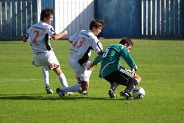 Domáci sa do Bratislavčanov pustili s veľkou chuťou, tentoraz nešetrili pohybom a v prvom polčase ponúkli divákom kultivovaný kombinačný futbal.