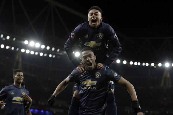 Anthony Martial (dole) a Jesse Lingard oslavujú gól do siete Arsenalu Londýn v boji o postup do osemfinále FA Cupu 25. januára 2019.