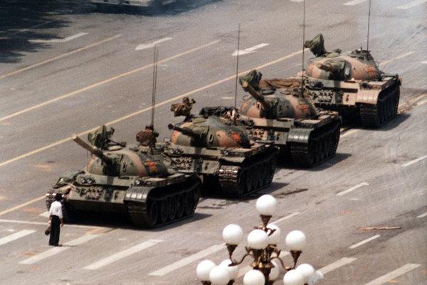 Muž v  bielej košeli pred tankmi čínskej ľudovej armády - legendárna fotografia Jeffa Widenera.