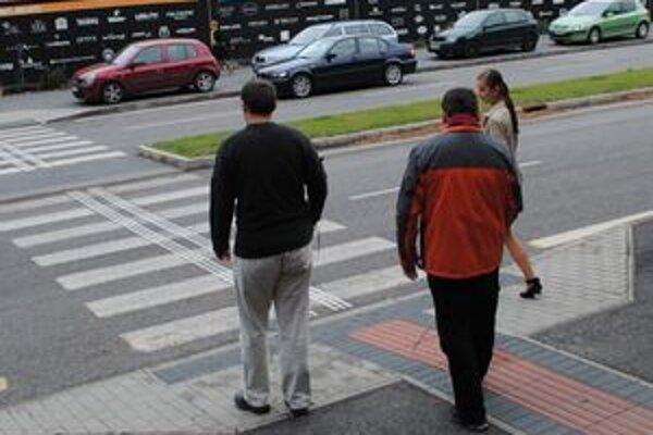 Na priechodoch pre chodcov si vodiči majú všímať aj to, či nevidiaci chodec nesignalizuje bielou palicou, že chce prejsť cez cestu.