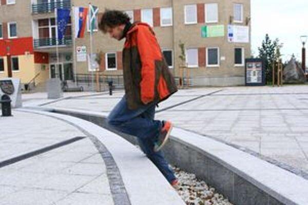 Najmä pri slabej viditeľnosti či zaujatí chodca, napríklad, mobilom hrozí na námestí pád do symbolického potôčika.