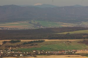 Unikátny pohľad z Rankovských skál na obec Kecerovce v Košickej kotline pod Kráľovou hoľou.