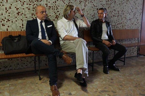 Otec a syn Mojsejovci na súde, vľavo ich právny zástupca Tibor Bacsó.
