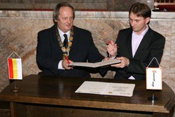 Memorandum podpísal Ján Pavlík (vľavo) a Roman Senecký.