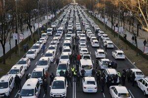 """Zablokovanú ulicu, ktorú miestni obyvatelia poznajú pod názvom """"La Castellana"""", sa podarilo uvoľniť až po niekoľkých hodinách, keď polícia taxíky odtiahla."""