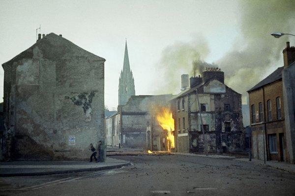 Londonderry patrilo medzi ohniská niekoľko desaťročí trvajúceho konfliktu v Severnom Írsku medzi prevažne protestantskými unionistami, ktorí sa považujú za Britov, a prevažne rímskokatolíckymi írskymi nacionalistami. V tomto konflikte zahynulo viac ako 3700 ľudí.