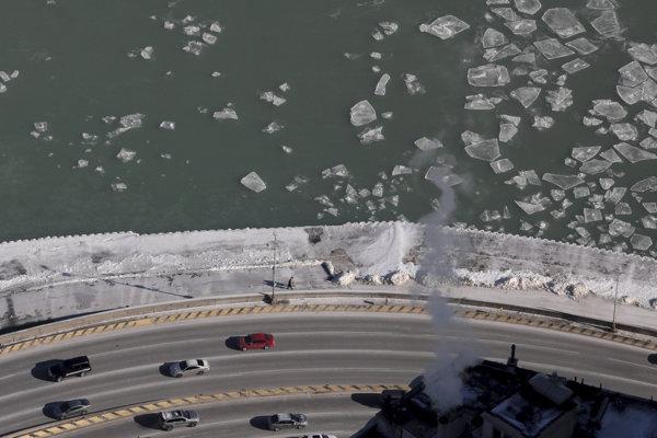 Ľadové kryhy na hladine jazera Michigan v Chicagu.