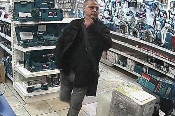 Hľadaný muž, polícia ho podozrieva z krádeže.
