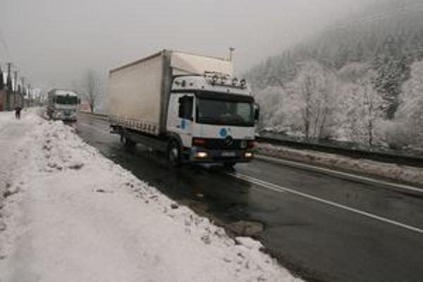 Hlboké jamy cestári opravujú priebežne, materiál, ktorý na opravu používajú však autá rýchlo rozjazdia.