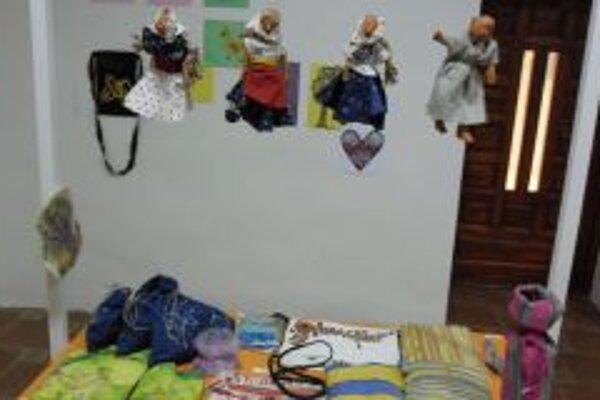 Na výstave je množstvo výrobkov z prírodných materiálov.