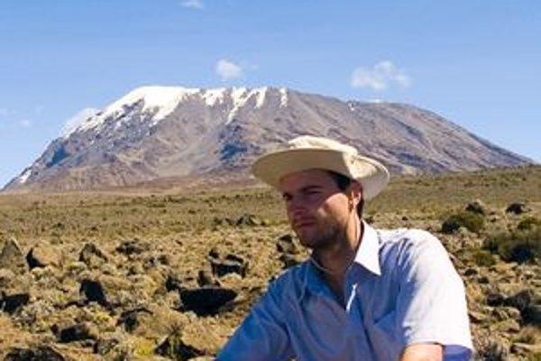 Robert Devečka pred Kilimandžarom. Zo svojich ciest po svete ponúka suveníry na charitatívnej predajnej výstave.