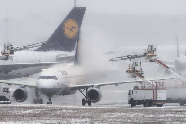 Zimné práce na letisku vo Frankfurte.