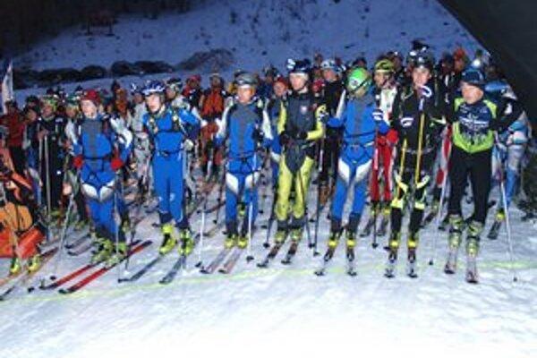 Na štartovaciu čiaru sa postavilo takmer sto skialpinistov.