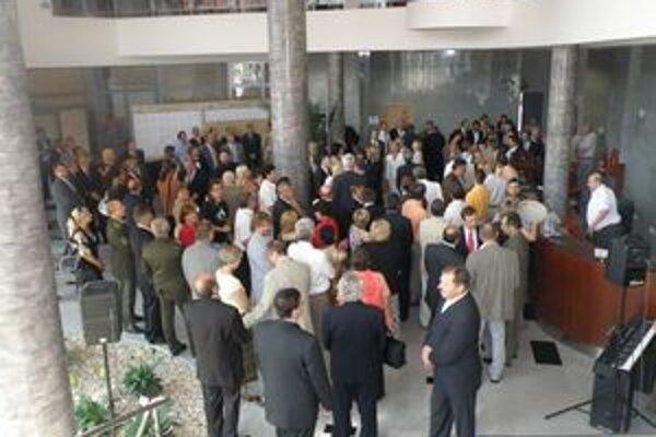 Slávnostné otvorenie budovy za účasti poslancov a hostí.