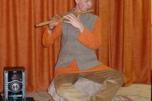 Madhuram v hre na hudobné nástroje vidí, okrem iného, aj spôsob, ako pomôcť ťažko chorým ľuďom. Na fotografii Madhuram v liptovskomikulášskom Jogacentre na koncerte.