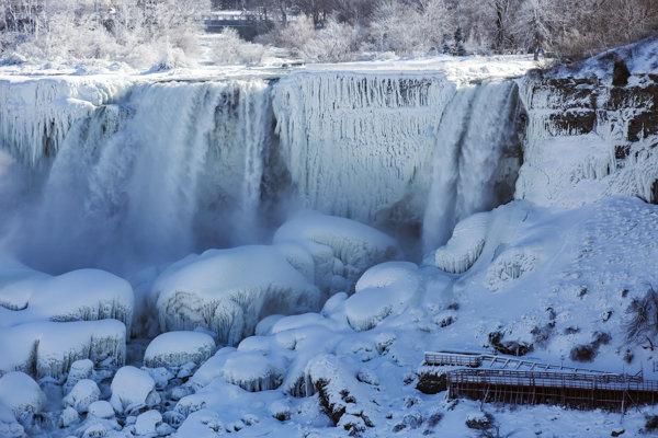 Hmla a kvapôčky vody zo zurčiacich vodopádov zamŕzajú na všetkom, čoho sa dotknú.