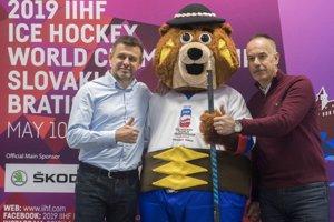 Zľava minister životného prostredia László Sólymos, oficiálny maskot Majstrovstiev sveta v ľadovom hokeji 2019 Macejko a šéf organizačného výboru pre MS IIHF 2019 Igor Nemeček.