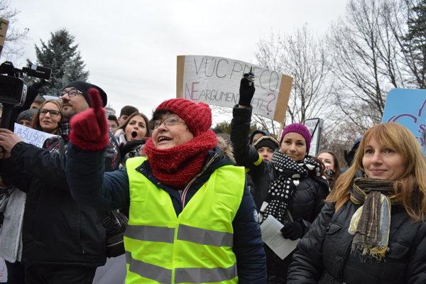 Protest bardejovského gymnázia pred budovou PSK.