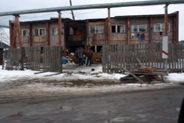 Ak chcú ľudia zo zhorenej ubytovne získať nové bývanie, musia splatiť dlhy.