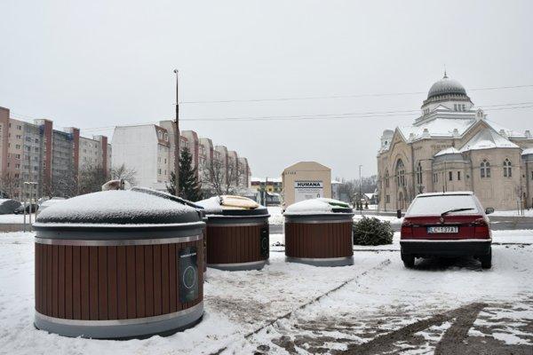 polopodzemné kontajnerové stanovište na Adyho ulici.