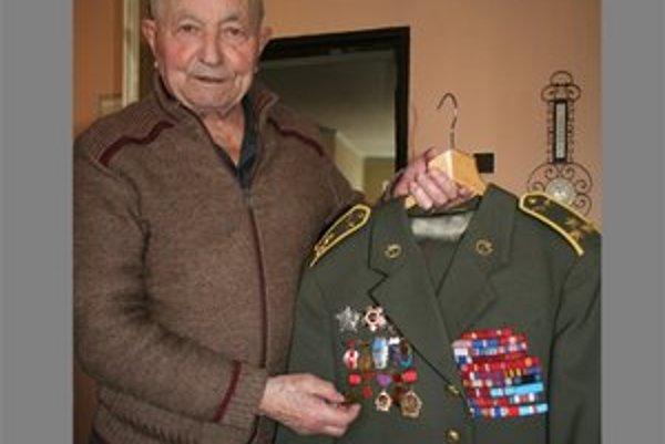Napriek tomu, že má množstvo vyznamenaní a medailí, sám seba nepovažuje za hrdinu. 21. apríla oslávi 90. narodeniny.