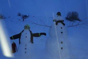 Nad nemocnicou pribudol takýto milý snehuliak - hasič, ktorého stráži veľký kamarát.