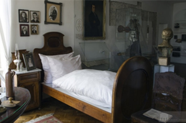 V Múzeu Janka Kráľa v Liptovskom Mikuláši je aj  jeho izba s autentickým nábytkom, ktorý múzeu venovala básnikova vnučka. Je v nej, okrem iného, aj posteľ a fotografie štyroch detí Janka Kráľa.