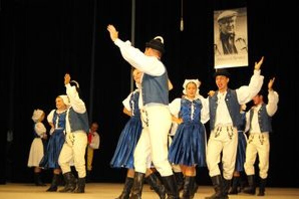 Na festivale sa udeľuje cena Mikuláša Senka (fotografia v pozadí). Ide o spomienku na zakladateľa súboru Vršatec.