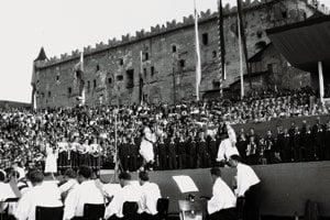 Pohľad na Zvolenský zámok v auguste 1949 pri vystúpení SĽUK-u pri 5. výročí SNP.