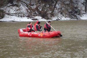 Potápači z Orava rescue systém prehľadávali rieku.