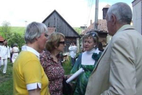 Manželka Milana Rúfusa Magda (v strede) prišla s dcérou Zuzankou (vľavo) na uvedenie diel liptovských autorov z Bratislavy. Na fotografii sú so správkyňou Domu Milana Rúfusa Soňou Barániovou a starostom Závažnej Poruby.