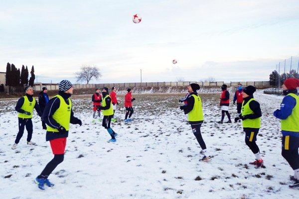 Vrábeľskí futbalisti trénujú v domácich podmienkach.