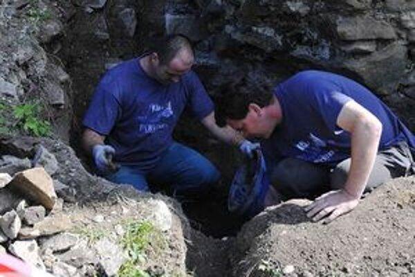 Pri záchrane obrannej veže bude treba vykopať poriadne hlbokú jamu, aby sa dostali záchrancovia hradu až na základy. Všetko sa robí ručne.