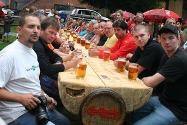 Svetový rekord v pití piva  drží Marek Vittek, učiteľ zemepisu a telesnej výchovy na gymnáziu v Šuranoch. Liter piva vypil za 2, 53 sekundy.V Brezne sa do štafetového pitia piva zapojilo sto ľudí, vypili ho za 58 minút a 43 sekúnd.Najviac ľudí sa do p