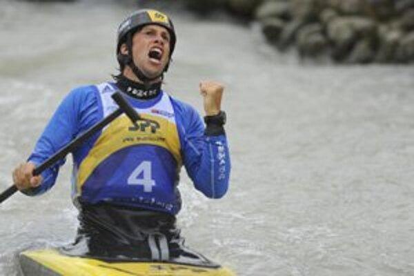 Alexander Slafkovský si vychutnal aj radosť po celkovom úspechu v päťdielnom seriáli SP.
