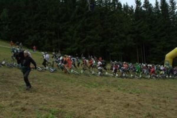 Netradičný štart. Jazdci si museli bežať pre bicykle rozmiestnené v kopci.