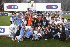 Hráči SSC Neapol, vľavo hore je slovenský futbalový reprezentant Marek Hamšík, sa fotografujú s trofejou po víťazstve 2:0 nad Juventusom Turín vo finále Talianskeho pohára 20. mája 2012.