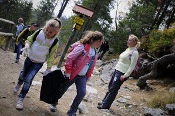 Na Podbanskom našli dobrovoľníci v prírode plechové vedro.