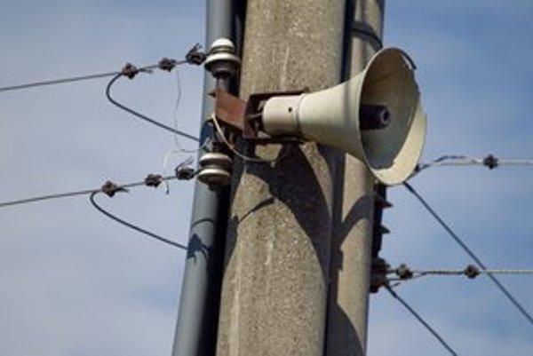V regióne sú samosprávy verné osvedčenej klasike, inde rozhlas vymenili za SMS či online informovanie.